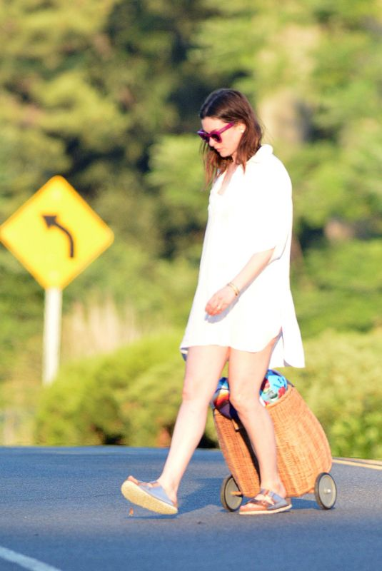 ANNE HATHAWAY Heading to a Beach in Connecticut 07/30/2020