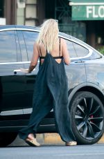 BUSY PHILIPPS Picks up Lunch To-go from California Backyard in Los Angeles 08/13/2020