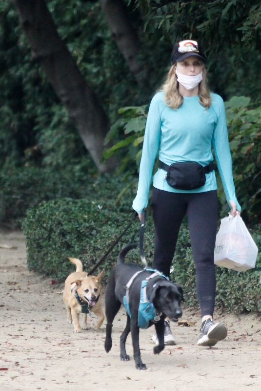 COURTNEY THORNE-SMITH Out eith Her Dogs in brentwood 08/26/2020
