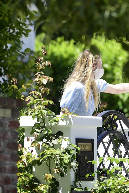 DAKOTA FANNING Picks Up a Food Delivery in Los Angeles 08/05/2020