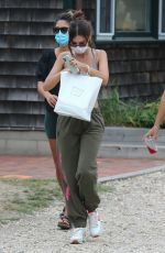 EMILY RATAJKOWSKI Getting Take Out at Restaurant in The Hamptons 08/13/2020