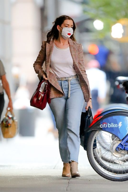 ANNE HATHAWAY Leaves Hair Salon in New York 09/19/2020