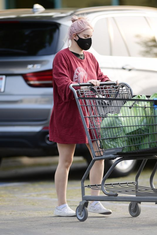 ARIEL WINTER Shopping for Grocery in Los Angeles 09/09/2020