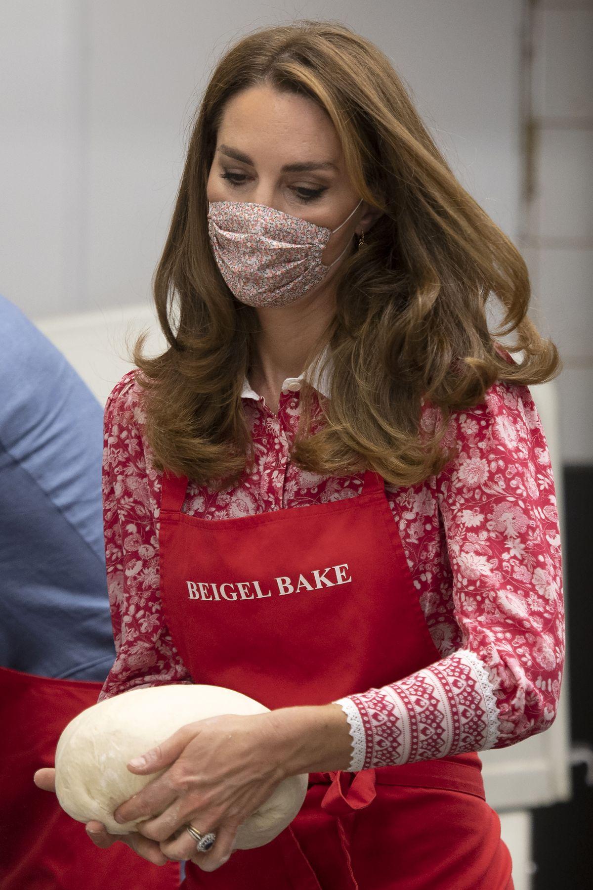 KATE MIDDLETON at Beigel Bake, Brick Lane Bakery in London ...