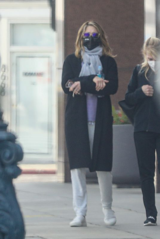 JENNIFER ANISTON Leaves a Physical Therapy Appointment in Beverly Hills 10/21/2020