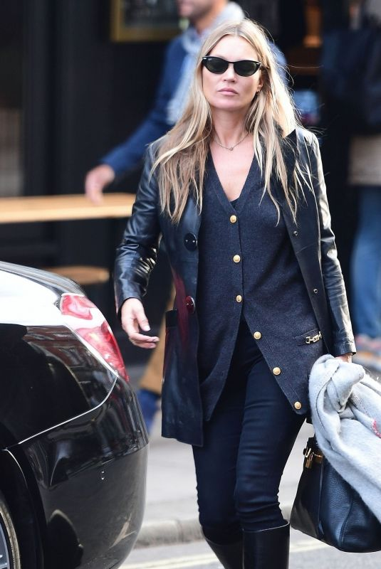 KATE MOSS Leaves a Hairdresser in London 10/01/2020