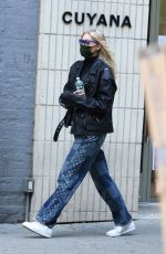 Pregnant ELSA HOSK Out for Pizza in New York 10/09/2020