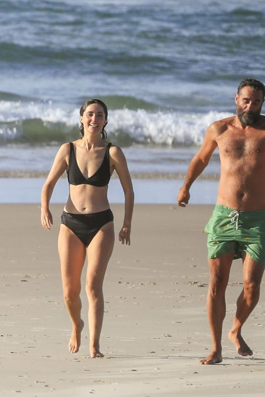 ROSE BYRNE and Bobby Cannavale at Wategos Beach in Byron Bay 10/22/2020