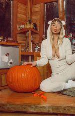 SARA JEAN UNDERWOOD with Pumpkins - Instagram Photos 10/11/2020