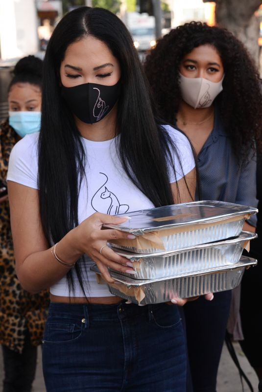 KIMORA LEE SIMMONS Gives Thanksgiving Meals to Homeless in Los Angeles 11/24/2020