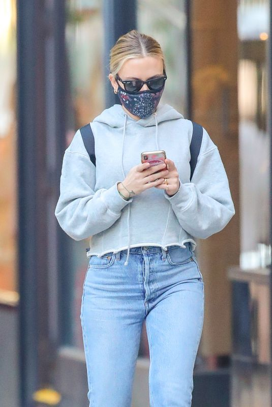SCARLETT JOHANSSON Shows Her Wedding Ring Out in New York 11/09/2020