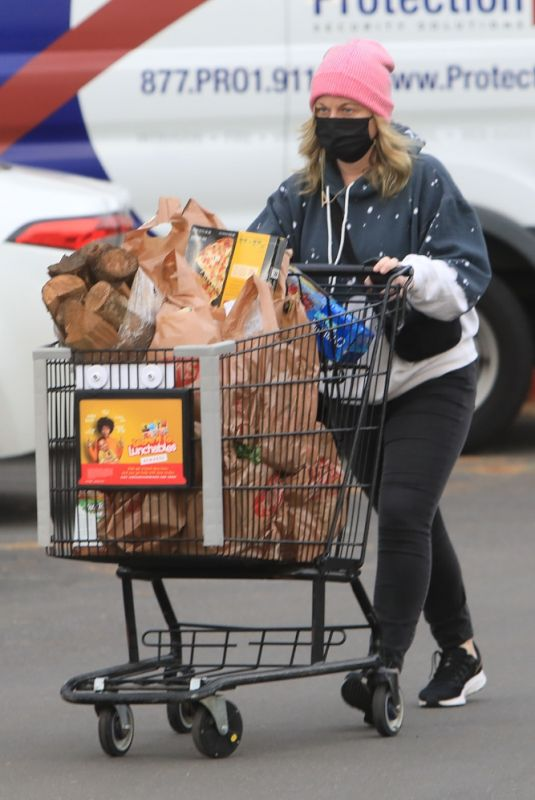 AMY POEHLER Shopping at Ralphs in Beverly Hills 12/30/2020