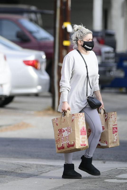 ARIEL WINTER Shopping at Trader Joe's in Los Angeles 12/23/2020