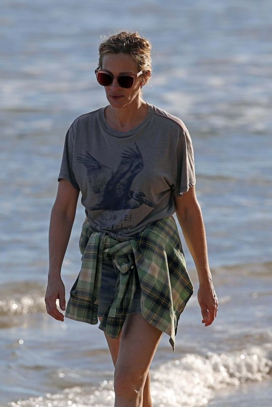 JULIA ROBERTS Out on the Beach in Hawaii 12/01/2020