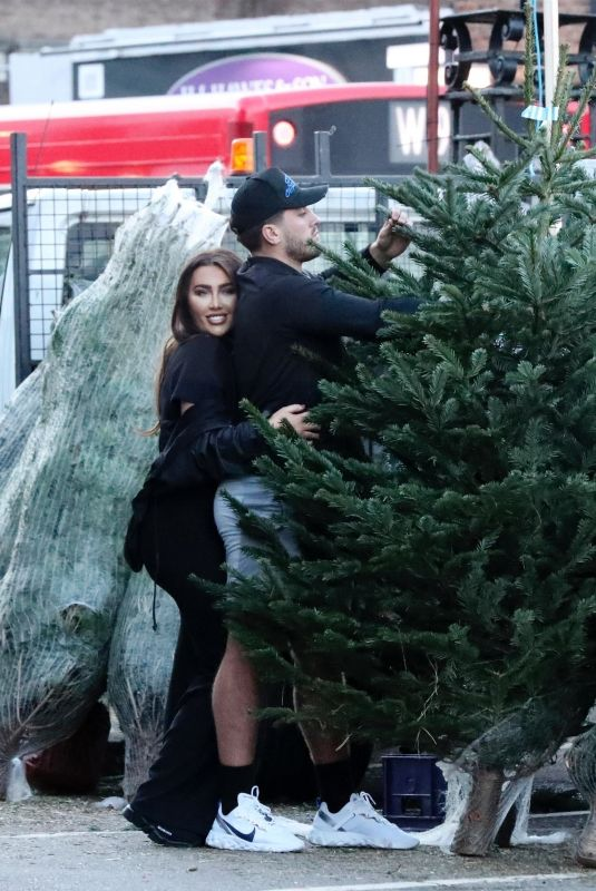 LAUREN GOODGER Buying a Christmas Tree in Leytonstone 12/07/2020
