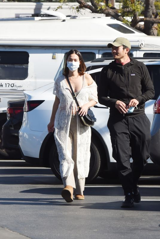 Pregnant LIV LO and Henry Golding Out Dhopping in Los Angeles 01/18/2021