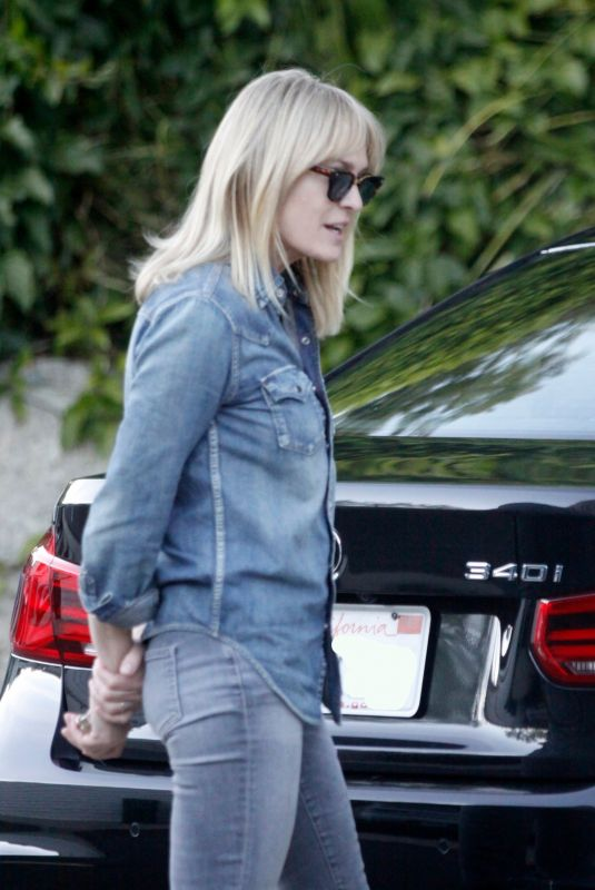 ROBIN WRIGHT Arrives to Her Home in Los Angeles 01/15/2021