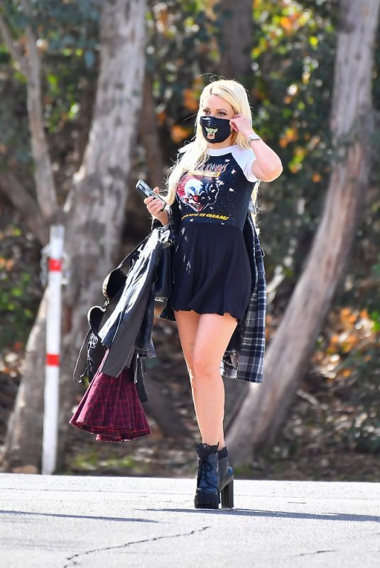 HOLLY MADISON Out Hiking in Griffith Park 02/18/2021