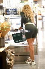 IGGY AZAELA Shopping an Erewhon in Los Angeles 02/18/2021