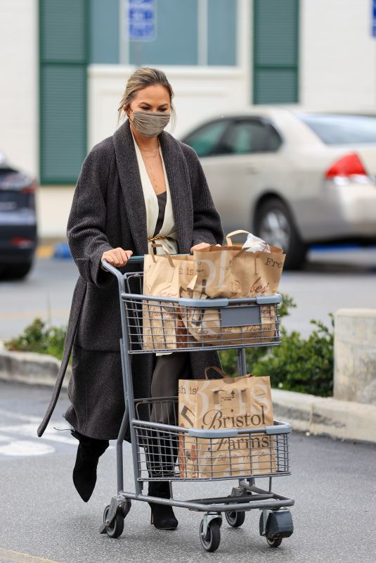 CHRISSY TEIGEN Shopping at Bristol Farms in Los Angeles 03/15/2021
