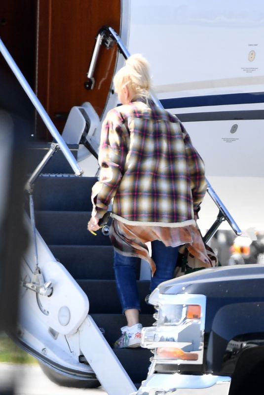 GWEN STEFANI Boarding at Private Jet in Los Angeles 03/27/2021
