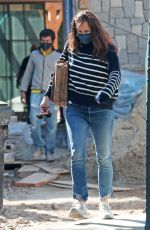 JENNIFER GARNER Checks up on Vonstruction of Her New Home in Brentwood 03/04/2021