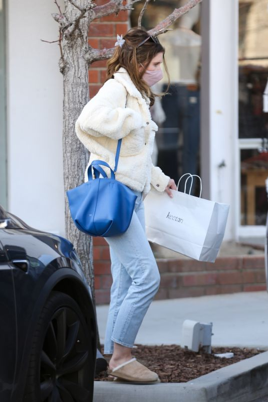 KATHERINE SCHWARZENEGGER Shopping at Keetan in Pacific Palisades 03/27/2021