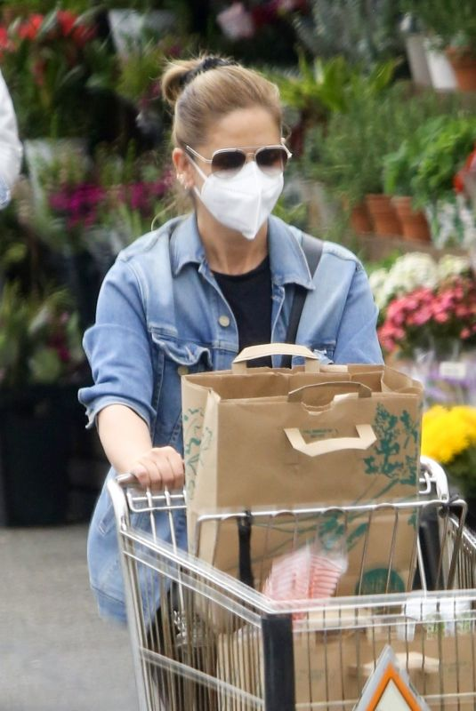 SARAH MICHELLE GELLAR Shopping at Whole Foods in Los Angeles 03/10/2021