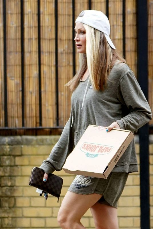 CAPRICE BOURRET Eating Pizz Out in London 04/01/2021