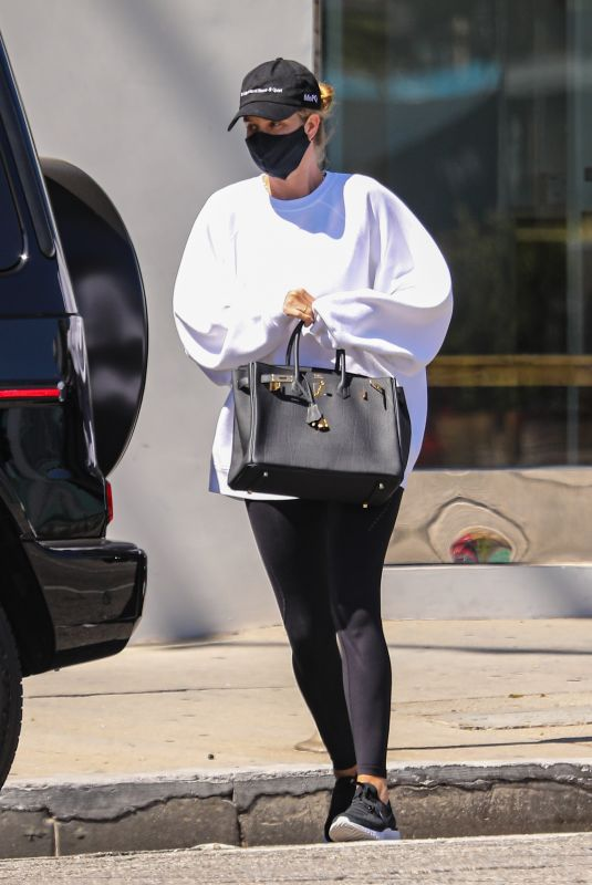 ROSIE HUNTINGTON-WHITELEY Out in Los Angeles 04/26/2021