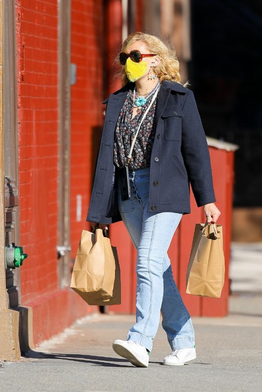 BUSY PHILIPPS Shopping for Groceries in New York 04/29/2021