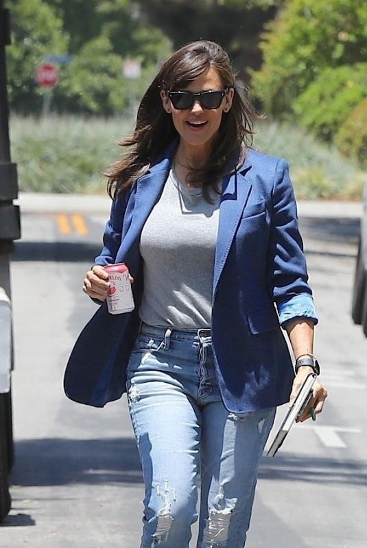 JENNIFER GARNER Visiting a Construction Site of Her New Home in Brentwood 05/27/2021