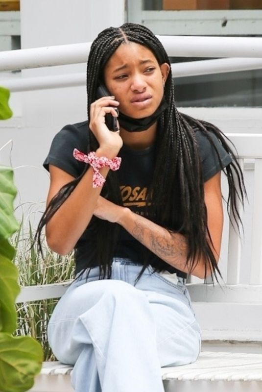 WILLOW SMITH Chatting on Phone in New York 05/24/2021
