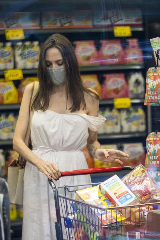 ANGELINA JOLIE Shopping for Groceries in New York 06/10/2021