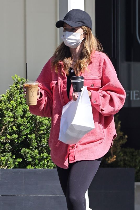 KATHERINE SCHWARZENEGGER Out Picking up Lunch and Coffee in Brentwood 06/08/2021