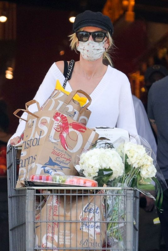 KIMBERLY STEWART Shopping at Bristol Farms in Beverly Hills 06/13/2021