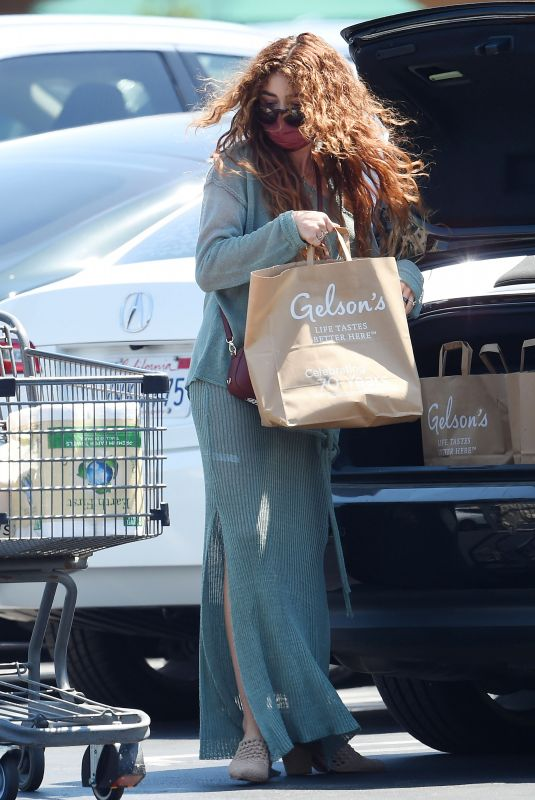 SARAH HYLAND Shopping for Groceries in Los Angeles 06/03/2021