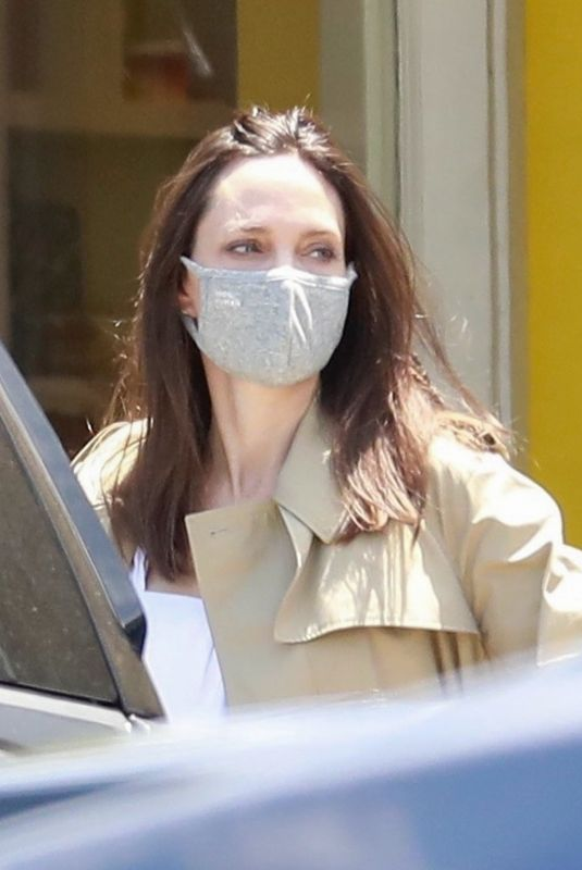 ANGELINA JOLIE Shopping at HABA Grocery Shop Play Tent in Los Feliz 07/10/2021