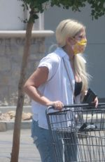 TORI SPELLING Shopping at Bristol Farms in Woodland Hills 07/23/2021