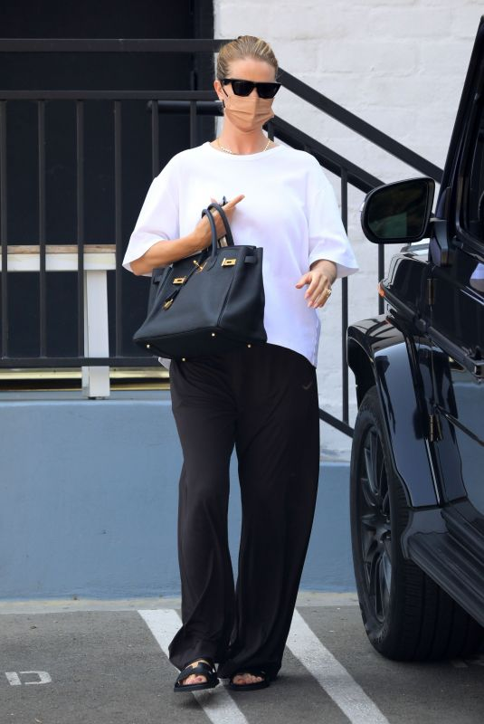 ROSIE HUNTINGTON_WHITELEY Out in Beverly Hills 08/13/2021