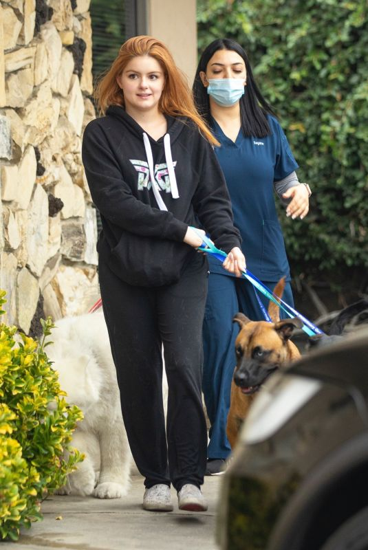 ARIEL WINTER Picking up Her Dogs from Groomer in Los Angeles 09/27/2021