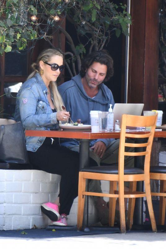 ELIZABETH BERKLEY and Greg Lauren Out for Lunch in Brentwood 09/09/2021