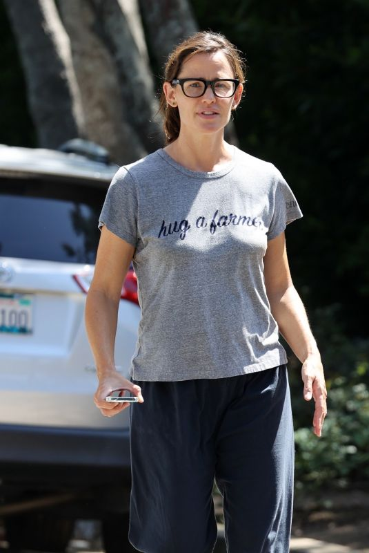 JENNIFER GARNER Checking Out Her New House in Brentwood 09/09/2021