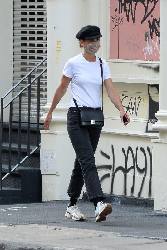 KATIE HOLMES Leaves a Nail Salon in New York 09/11/2021