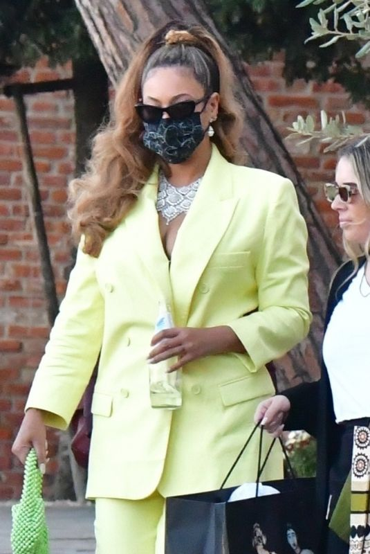 BEYONCE Leaves Venice by Taxi Boat 10/17/2021