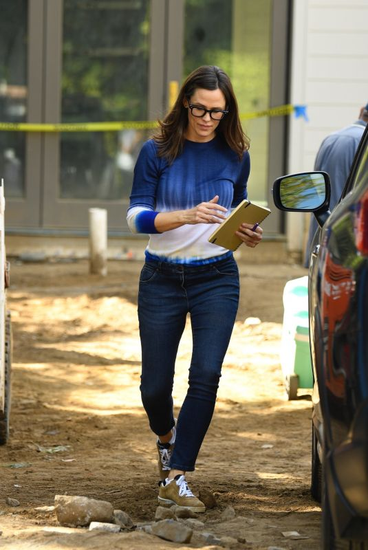 JENNIFER GARNER Checking on the Construction of Her New House in Brentwood 10/21/2021