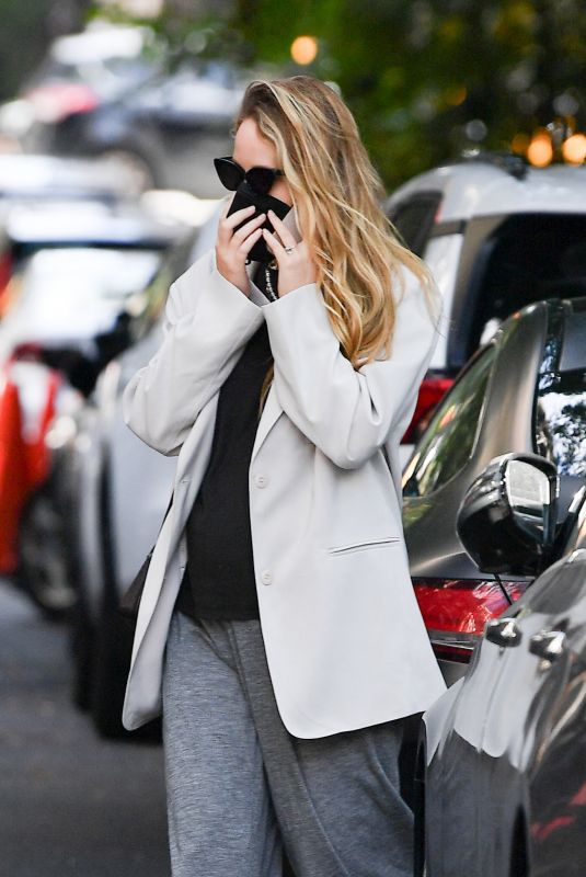 Pregnant JENNIFER LAWRENCE Out in New York 10/07/2021